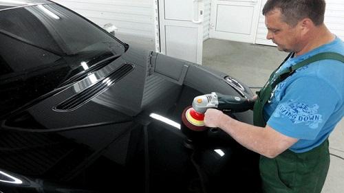 Защитное покрытие кузова авто шлифовальной машинкой